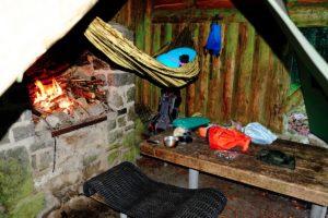 Hängematte in einer Schutzhütte aufgehängt