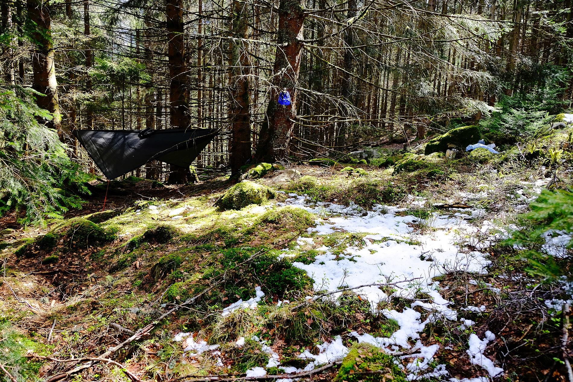 Hängematte mit Tarp bei Schnee